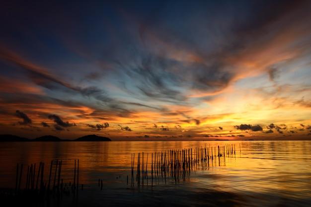 Nascer do sol na praia com um lindo céu