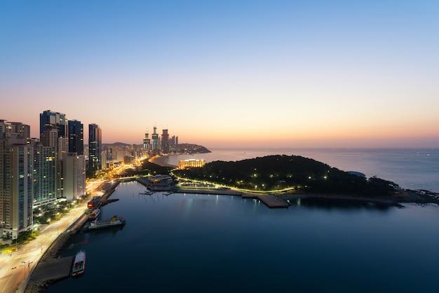 Nascer do sol na praia de haeundae em busan. a praia de haeundae é a praia mais popular de busan na coréia do sul.