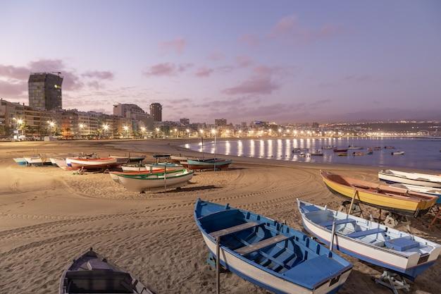 Nascer do sol na praia de las canteras em las palmas de gran canaria, ilhas canárias, espanha. canárias e conceito de férias de praia.