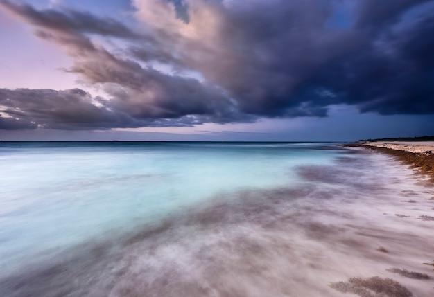 Nascer do sol na praia do caribe
