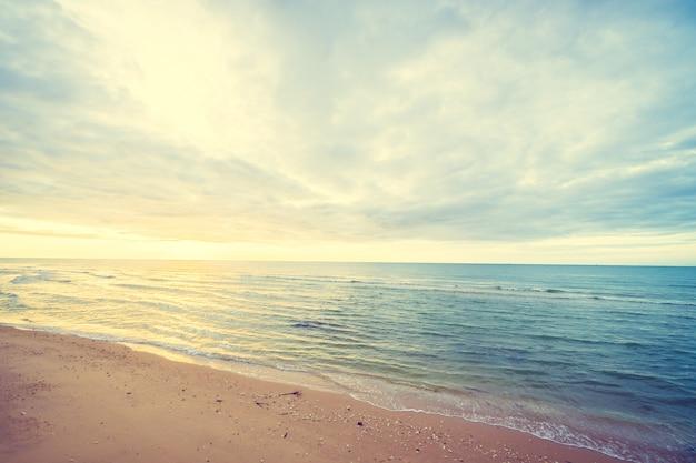 Nascer do sol na praia e no mar