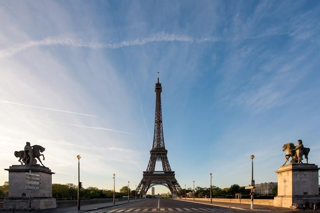 Nascer do sol na torre eiffel, em paris, frança. torre eiffel é um lugar famoso em paris, frança.