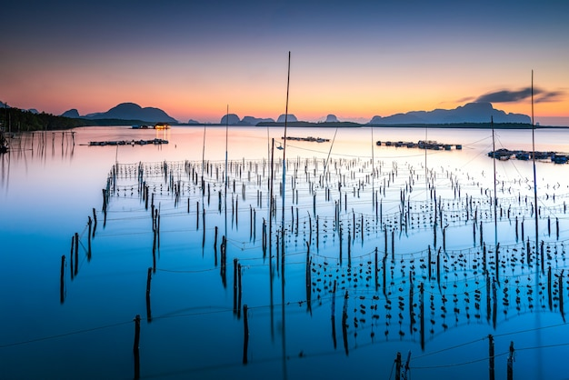 Nascer do sol natural bonito na vila do pescador na proibição sam chong tai na província de phang nga tailândia.