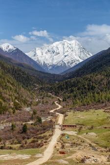 Nascer do sol nebuloso bonito nas montanhas com cume de neve, sichuan, china