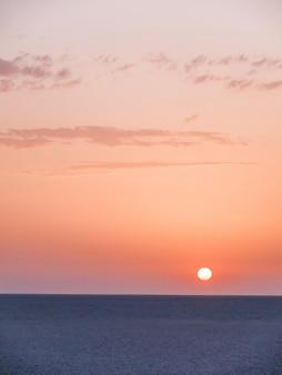 Nascer do sol no deserto do saara. amanhecer surpreendente no lago salgado. tunísia.