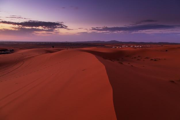 Nascer do sol no deserto do saara, marrocos.