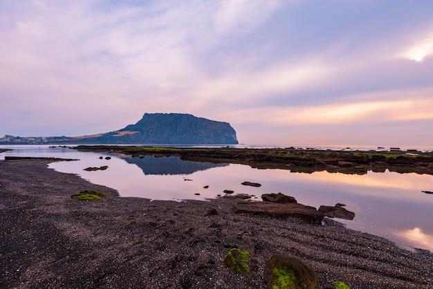 Nascer do sol no ilchulbong de seongsan na ilha de jeju, coreia do sul