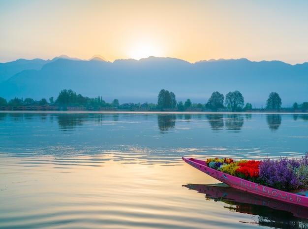 Nascer do sol no lago dal, índia da caxemira.