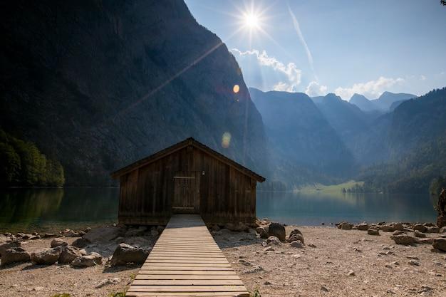 Nascer do sol no lago obersee, baviera, alemanha do sul. europa