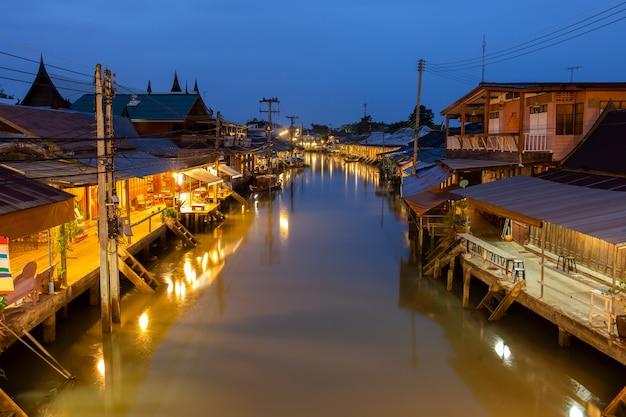 Nascer do sol no mercado de flutuação de amphawa e no cultural tailandês para o destino do turista.