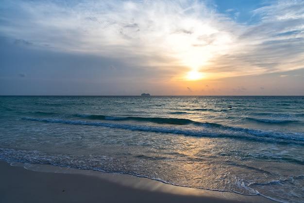 Nascer do sol no oceano ou na água do mar em miami beach com a silhueta do navio no fundo do céu do sol, pôr do sol do oceano.