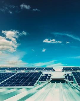 Nascer do sol no painel solar fotovoltaico