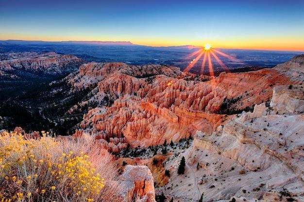 Nascer do sol no parque nacional bryce canyon, utah, eua