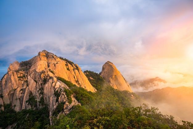 Nascer do sol no parque nacional de bukhansan na cidade de seoul, coreia do sul.