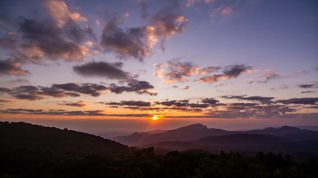 Nascer do sol no ponto de vista do parque nacional de doi inthanon, na província de chiang mai, norte da tailândia.