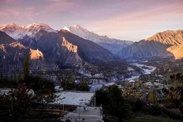Nascer do sol no vale de hunza nagar. gilgit baltistan, paquistão.