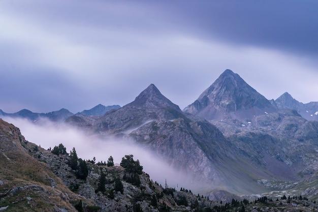 Nascer do sol nublado em uma paisagem íngreme da montanha nos pirenéus aragão, espanha