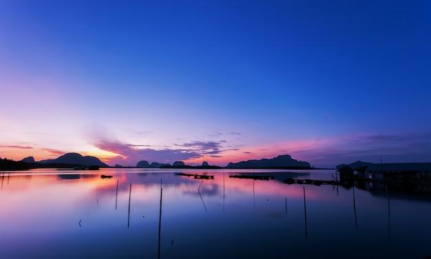 Nascer do sol ou por do sol bonito sobre a natureza tropical do cenário do mar em tailândia.
