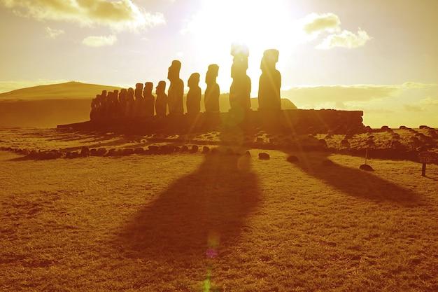 Nascer do sol sobre as estátuas moai em ahu tongariki na ilha de páscoa chile américa do sul na cor dourada