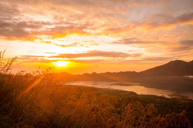 Nascer do sol sobre o lago batur
