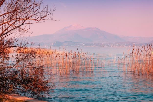 Nascer do sol sobre o lago garda lago lago di garda itália