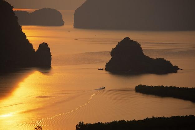 Nascer do sol sobre o mar da manhã com o estilo de vida dos pescadores.