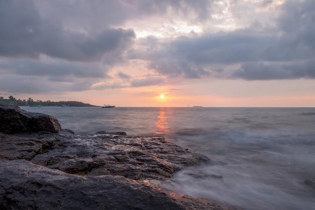 Nascer do sol sobre o mar.