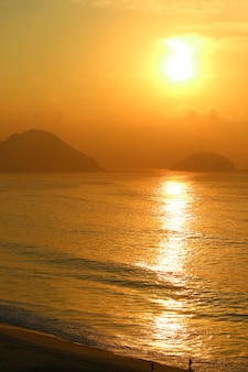 Nascer do sol sobre o oceano atlântico vista da praia de copacabana, rio de janeiro, brasil