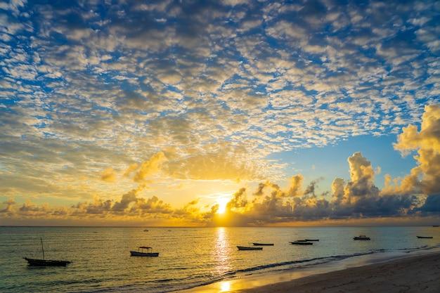 Nascer do sol sobre o oceano índico, na ilha de zanzibar