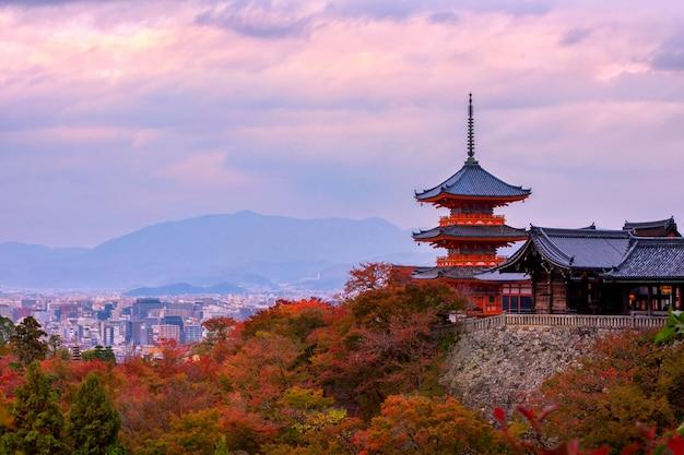 Nascer do sol sobre o pagode de sanjunoto e o templo de kiyomizu-dera