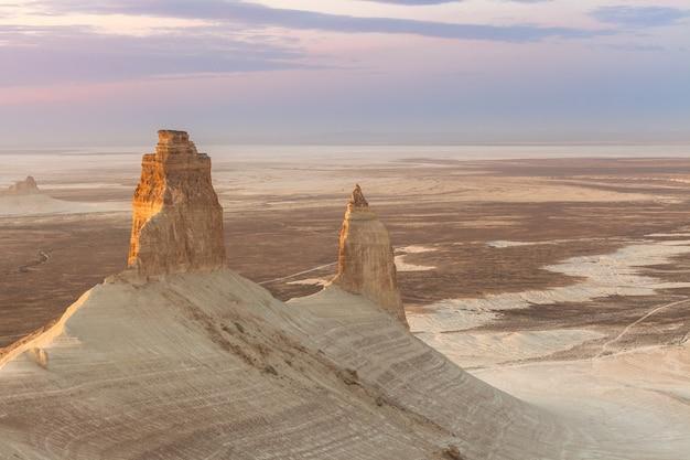 Nascer do sol sobre o planalto de ustyurt. distrito de boszhir. o fundo de um oceano seco tethys. restos rochosos. cazaquistão. foco seletivo