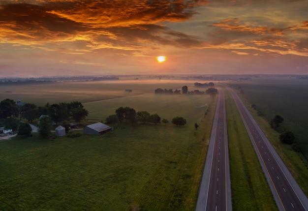 Nascer do sol sobre o prado na névoa da manhã, nascer do sol paisagem natural, névoa sobre o campo