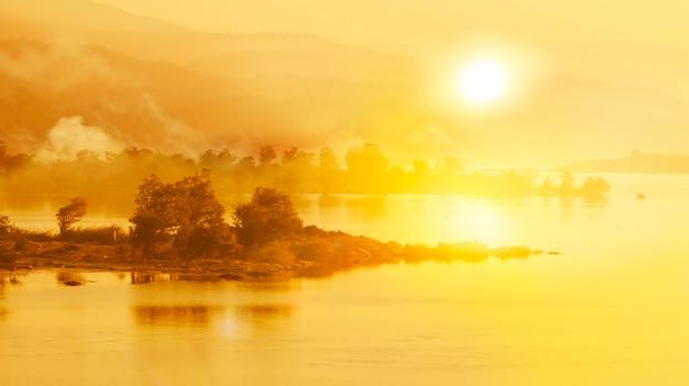 Nascer do sol sobre o rio