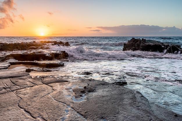 Nascer do sol sobre os recifes de corais no sandy beach park