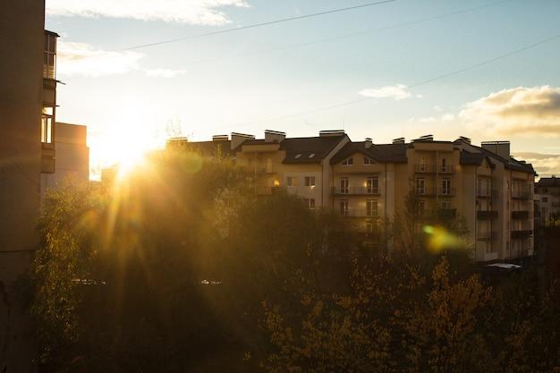 Nascer do sol sobre prédios de apartamentos nos subúrbios, a vista da janela
