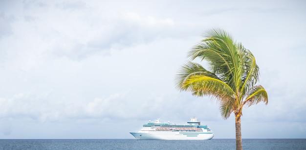 Nassau, o navio da royal caribbean navega no porto das bahamas