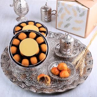 Nastar ou ananas tart cookie parcel para eid fitr. nastar é kue kering popular para lebaran. hantaran ou conceito de pacote com tema árabe