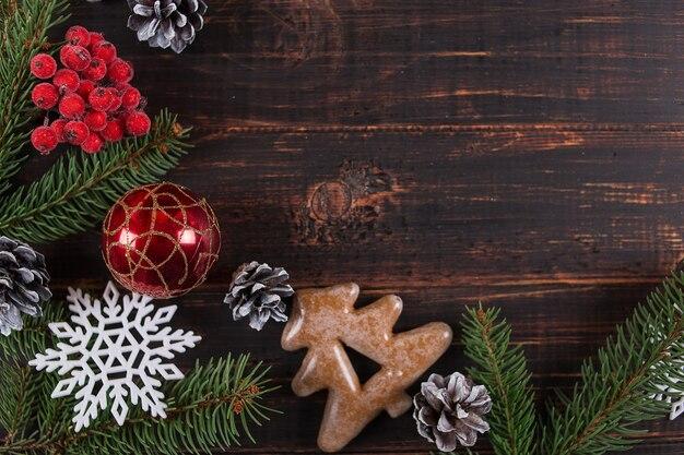 Natal, abeto, enfeites artesanais e biscoitos de gengibre em uma mesa de madeira, copie o espaço, vista superior.