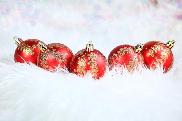 Natal. bolas de vidro vermelho com enfeites em um branco. na foto há um espaço vazio para o seu texto