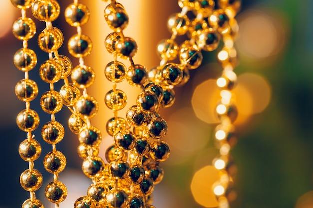 Natal brilhando fundo dourado. luzes de natal.