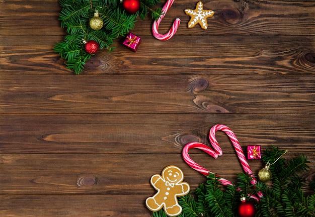 Natal brilhante ou ano novo fundo de madeira com ramos de abeto