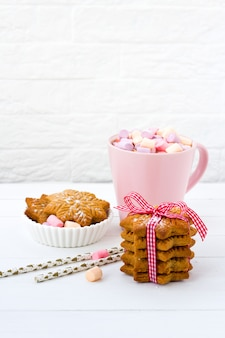 Natal cacau marshmallow rosa copo gengibre biscoito mesa de madeira branca