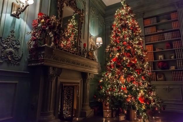 Natal clássico ano novo decorado quarto interior árvore do ano novo com enfeites de prata e vermelho