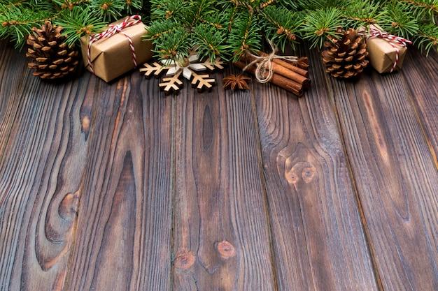 Natal com abeto e caixa de presente na mesa de madeira, vista superior