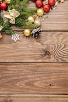 Natal com ano novo brinquedos galho de árvore do abeto na mesa de madeira