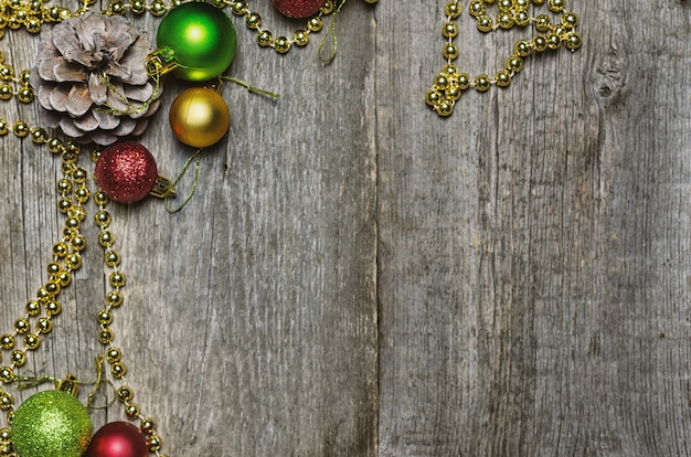 Natal com bolas de natal vermelhas, douradas e verdes e cones de abeto
