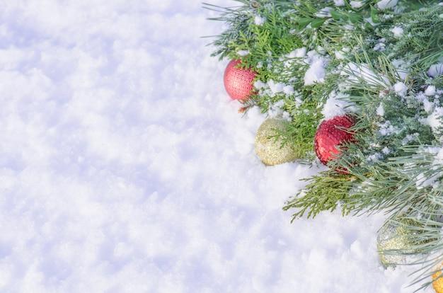 Natal, com, bolas, decorações, e, neve