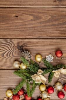 Natal com brinquedos de ano novo e galho de árvore do abeto na mesa de madeira