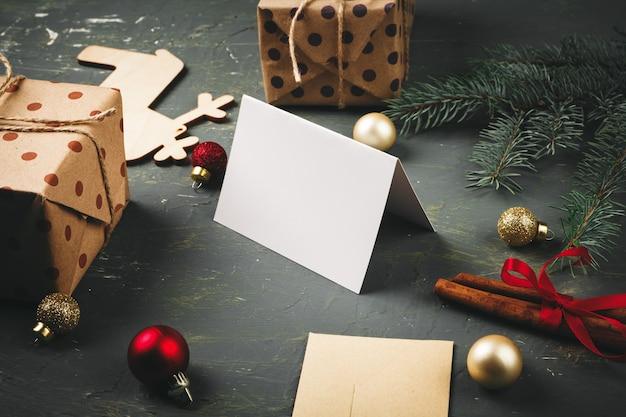 Natal com carta, envelope e caneta de pena, rodeado por decorações sazonais