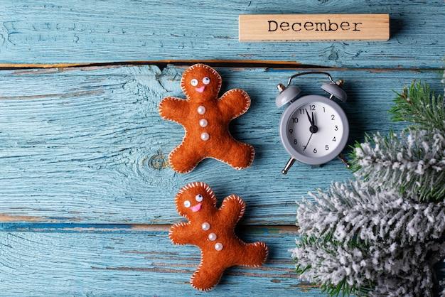 Natal com feltro homem-biscoito e nome de dezembro